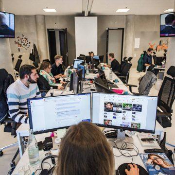 Großraumbüro mit 4 Bildschirmen