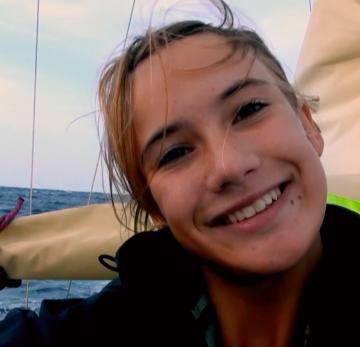 Laura Dekker lächelnd auf einem Boot