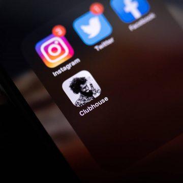 Handybildschirm mit Apps, Fokus auf Clubhouse